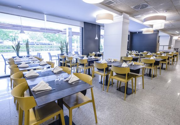 Restaurante hotel California Garden sillas Wing | Muebles de oficina Spacio