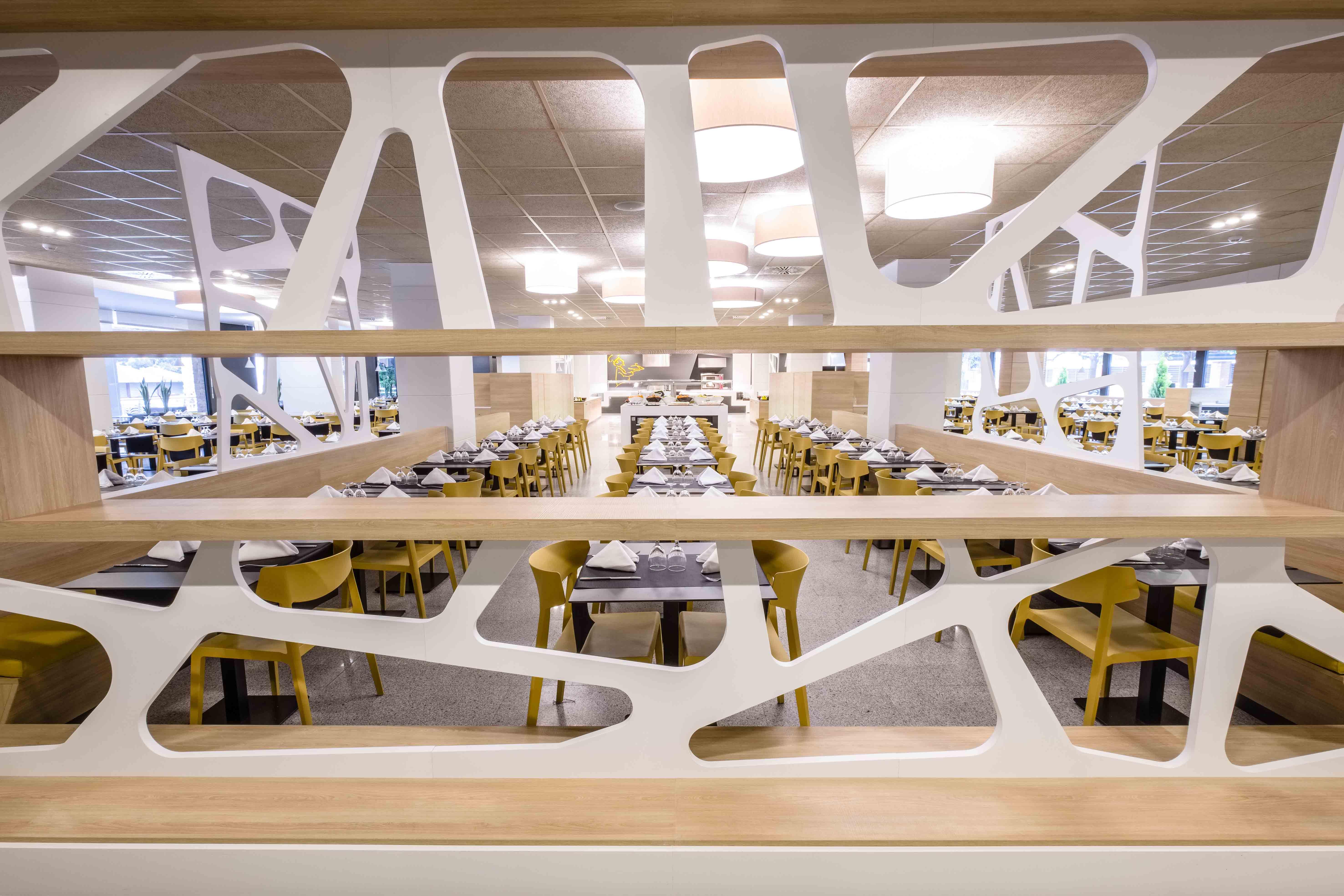 Restaurante hotel California Garden sillas Wing mostaza | Muebles de oficina Spacio
