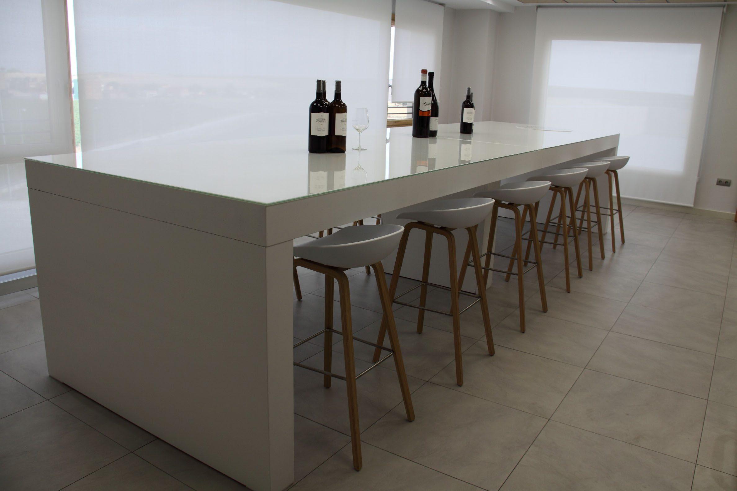Sala de catas Cuatro Rayas mesa alta | Muebles de oficina Spacio