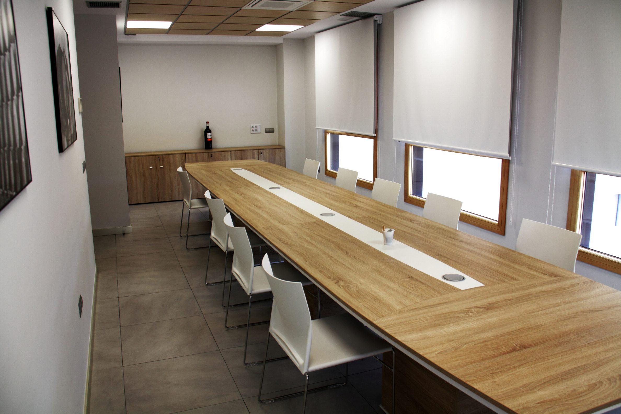 Sala de catas Cuatro Rayas mesa reuniones alta | Muebles de oficina Spacio