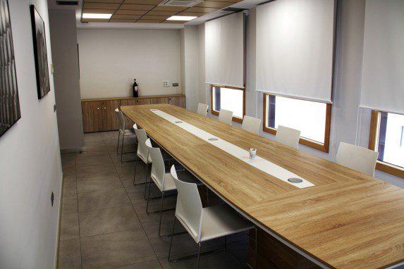 Sala de catas Cuatro Rayas mesa reuniones | Muebles de oficina Spacio