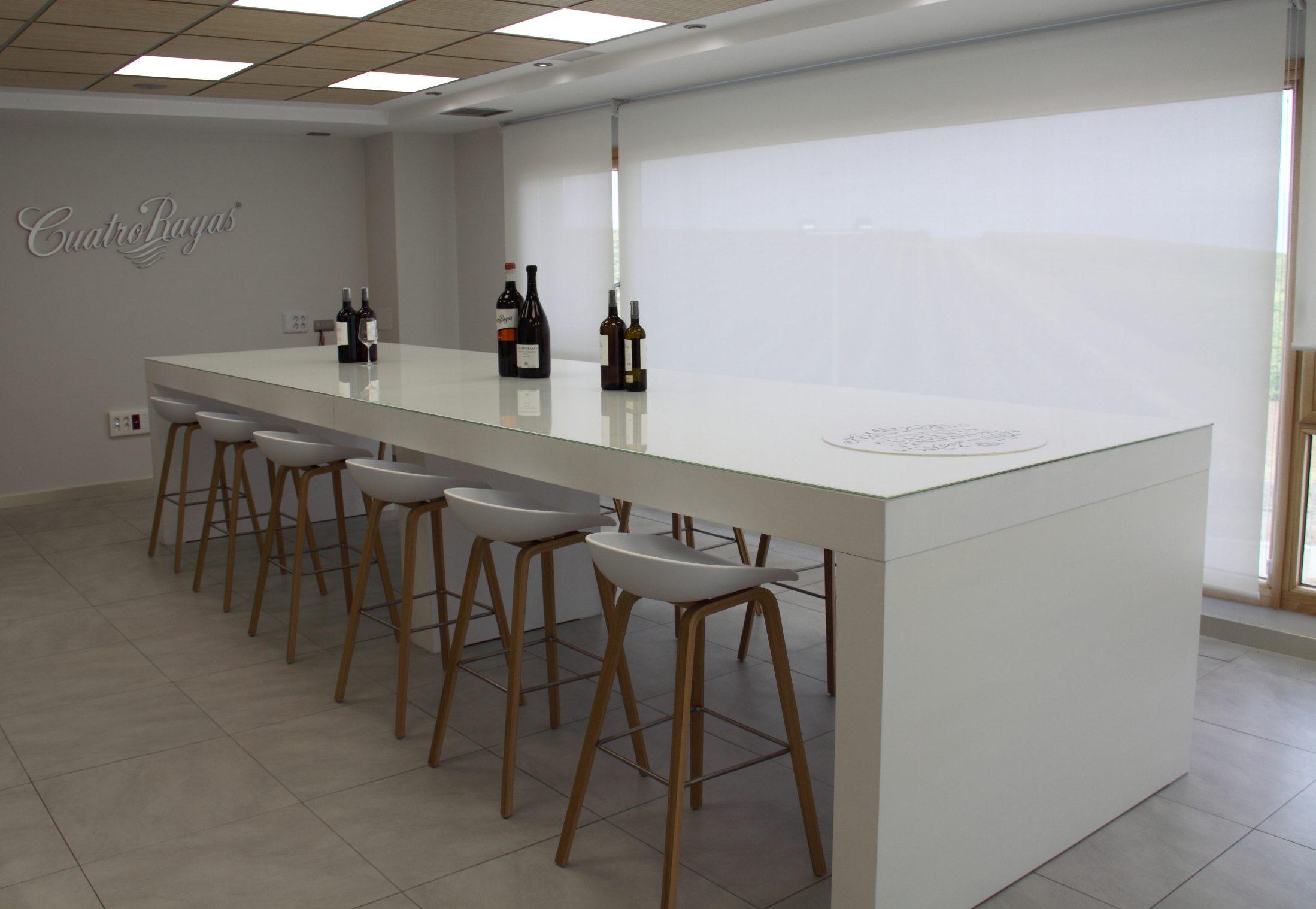 Sala de catas Cuatro Rayas taburetes concha | Muebles de oficina Spacio