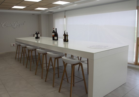 Sala de catas Cuatro Rayas taburetes | Muebles de oficina Spacio