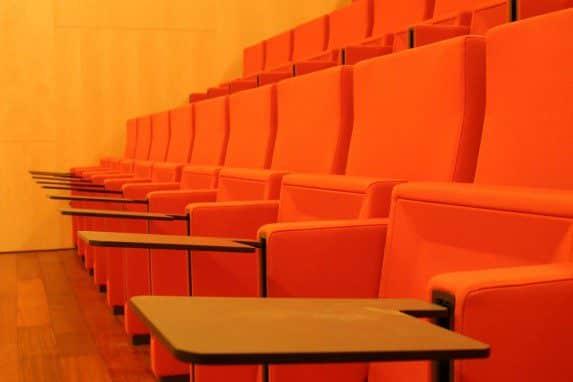 Equipamiento integral auditorio Lienzo Norte butacas con pala | Muebles de oficina Spacio