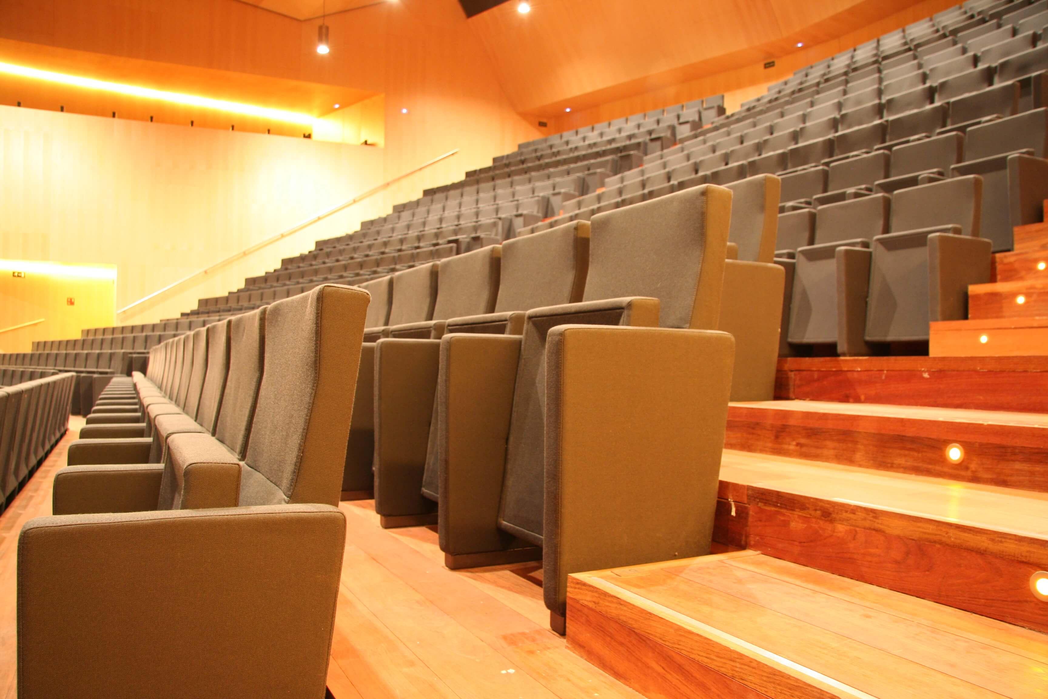 Equipamiento integral auditorio Lienzo Norte butacas lateral | Muebles de oficina Spacio