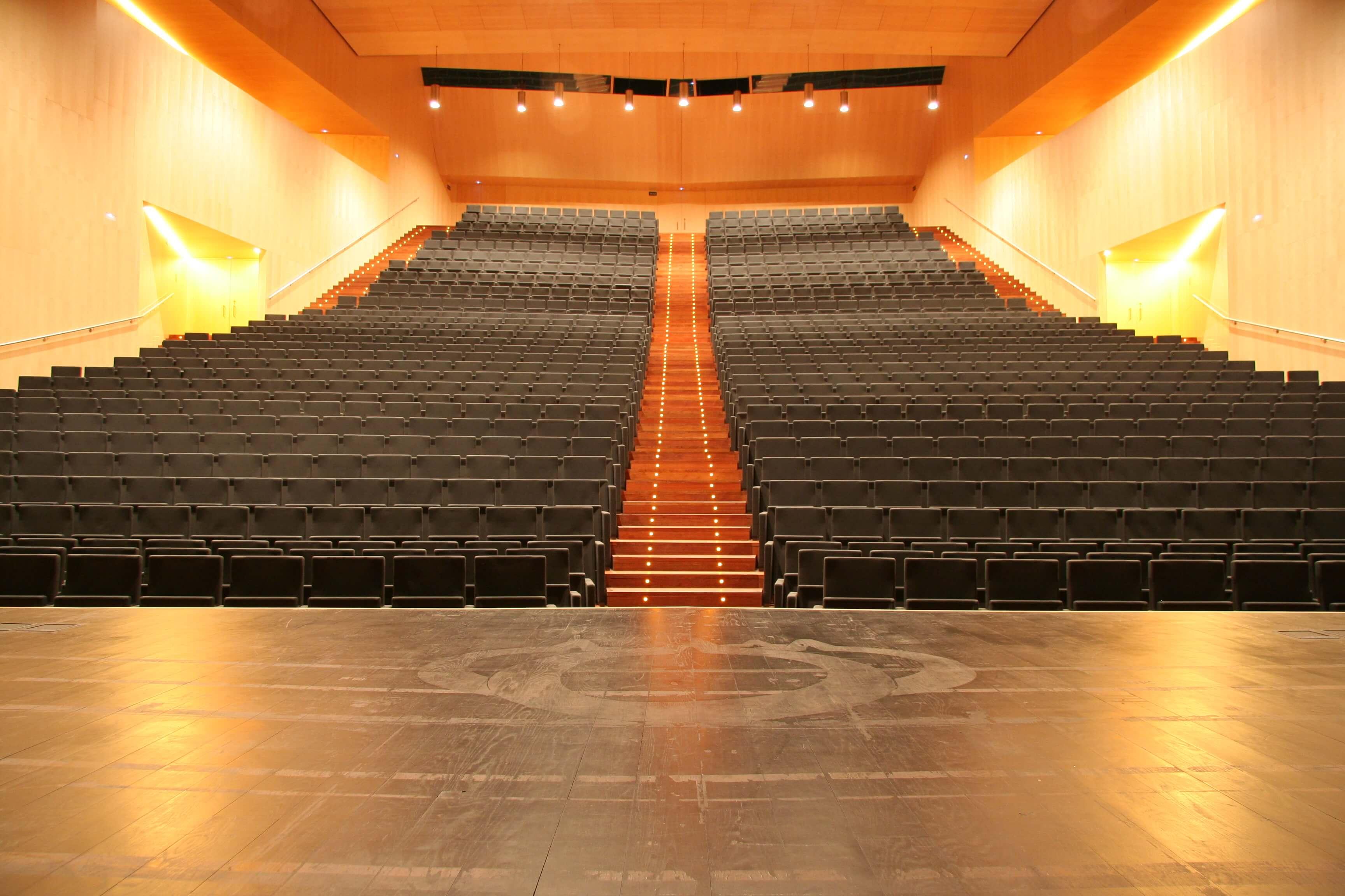 Equipamiento integral auditorio Lienzo Norte butacas negras | Muebles de oficina Spacio