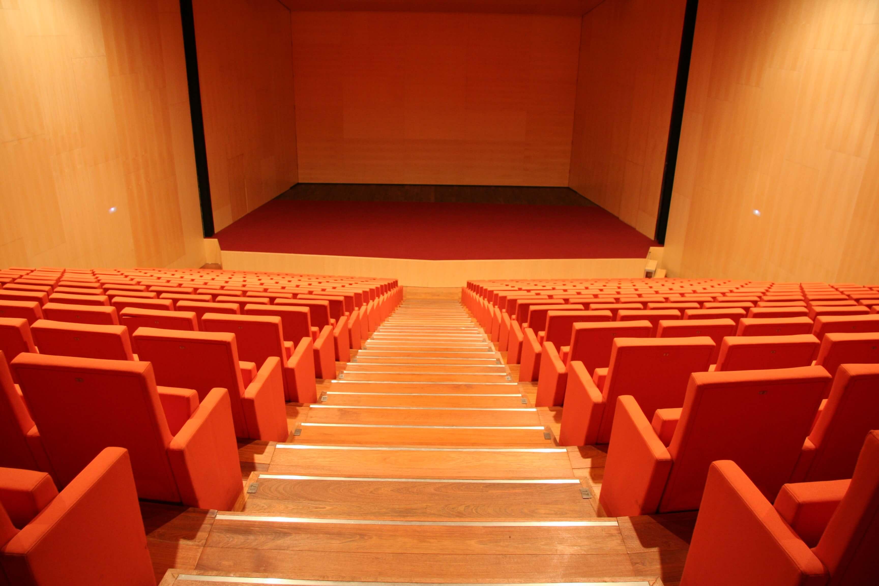 Equipamiento integral auditorio Lienzo Norte butacas rojas | Muebles de oficina Spacio