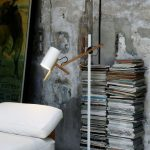 Lámpara sobremesa Scantling pie ambientada | Muebles de oficina Spacio