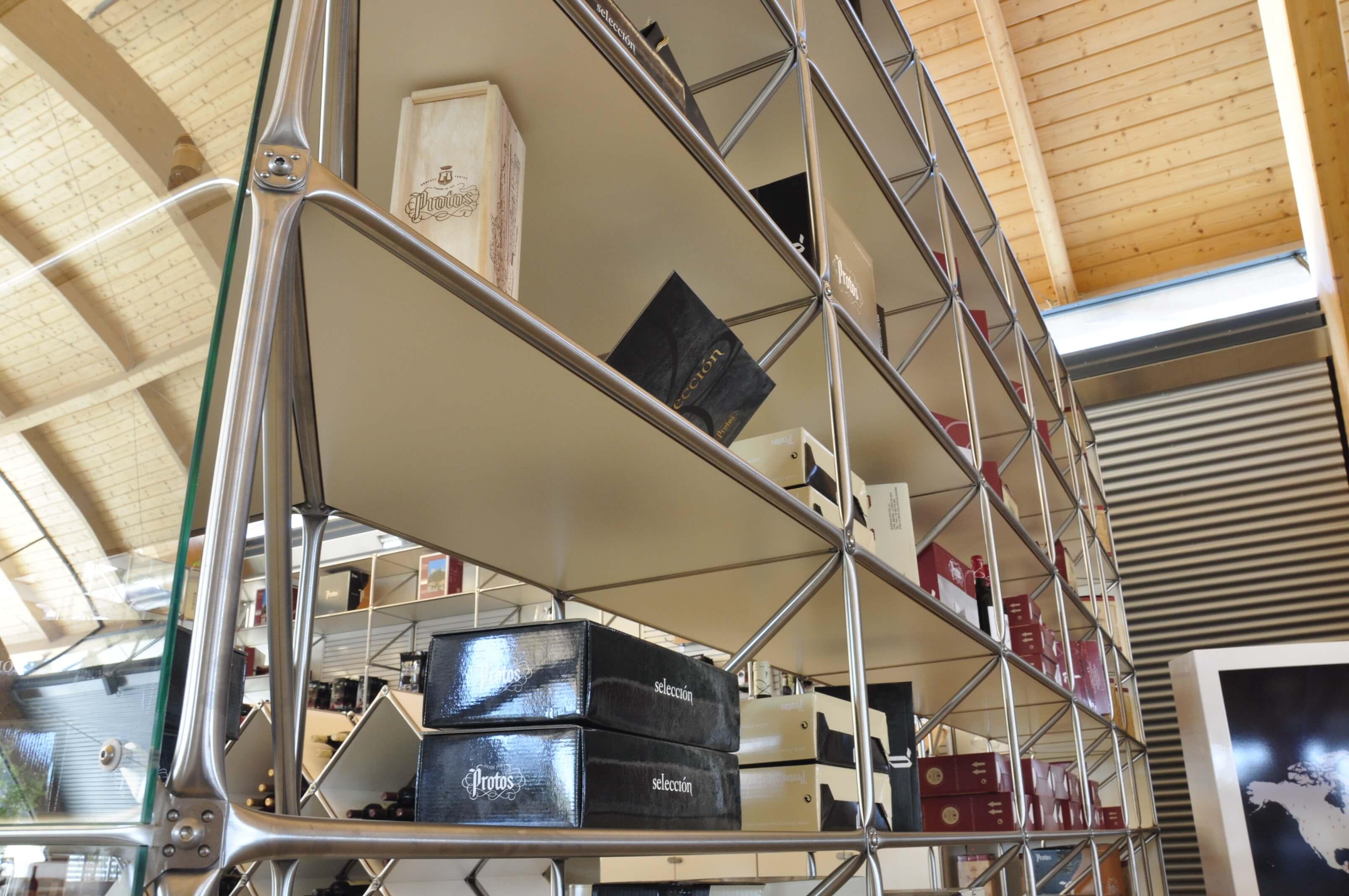 Sala merchandising bodega Protos detalle estanterías | Muebles de oficina Spacio