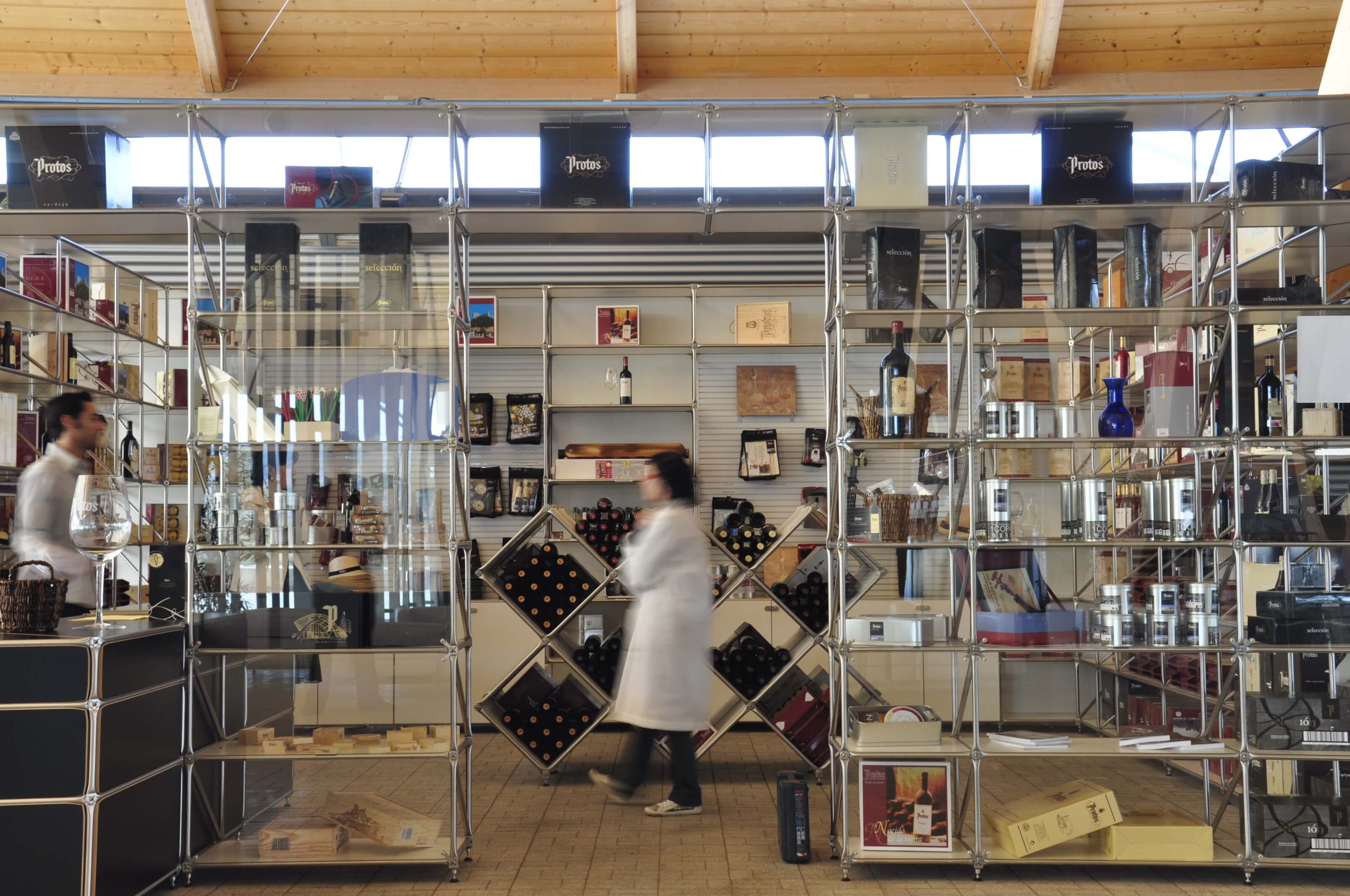 Sala merchandising bodega Protos estanterías | Muebles de oficina Spacio