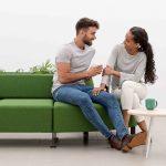 Asientos de oficina Bend verde con mesa baja | Muebles de oficina Spacio
