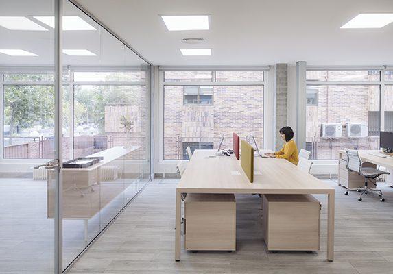 Decoración oficina Digitales mesas Prisma | Muebles de oficina Spacio