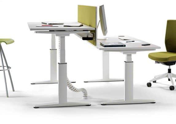 Mesa regulable en altura Mobility separador verde | Muebles de oficina Spacio