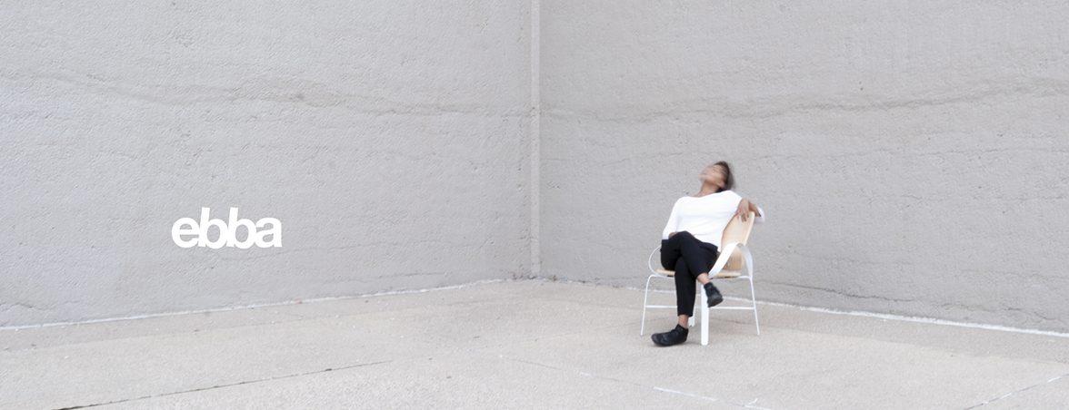 Silla con brazos curvados en habitación | Muebles de oficina Spacio