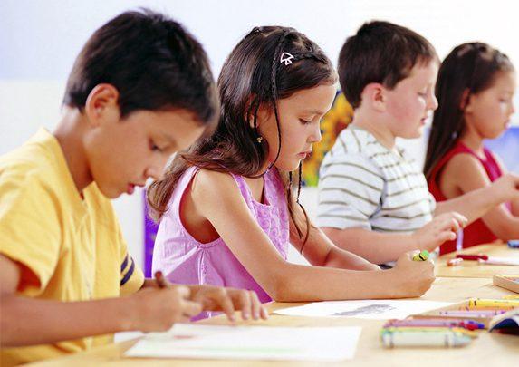 Postura corporal niños estudiando | Muebles de oficina Spacio
