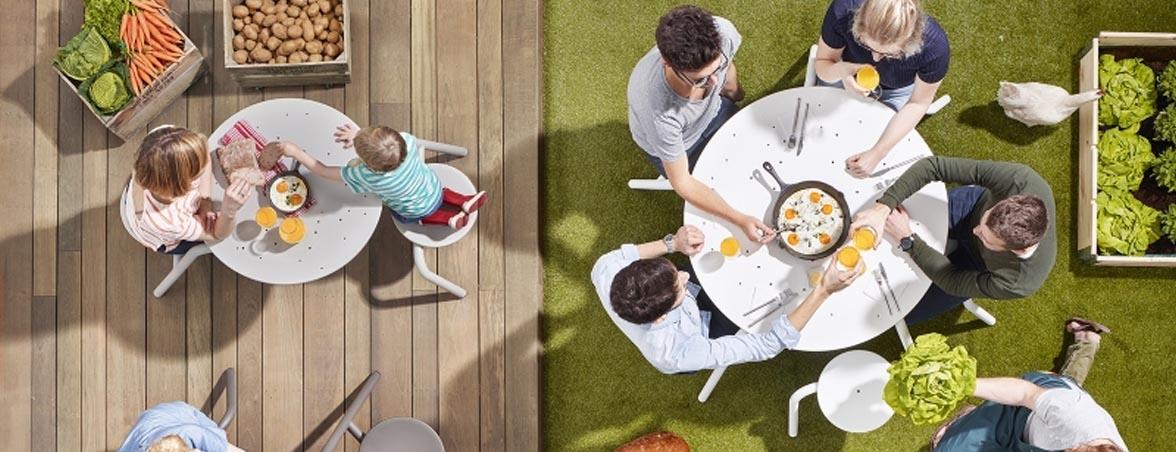 Sillas y mesa para exterior ambientada | Muebles de oficina Spacio
