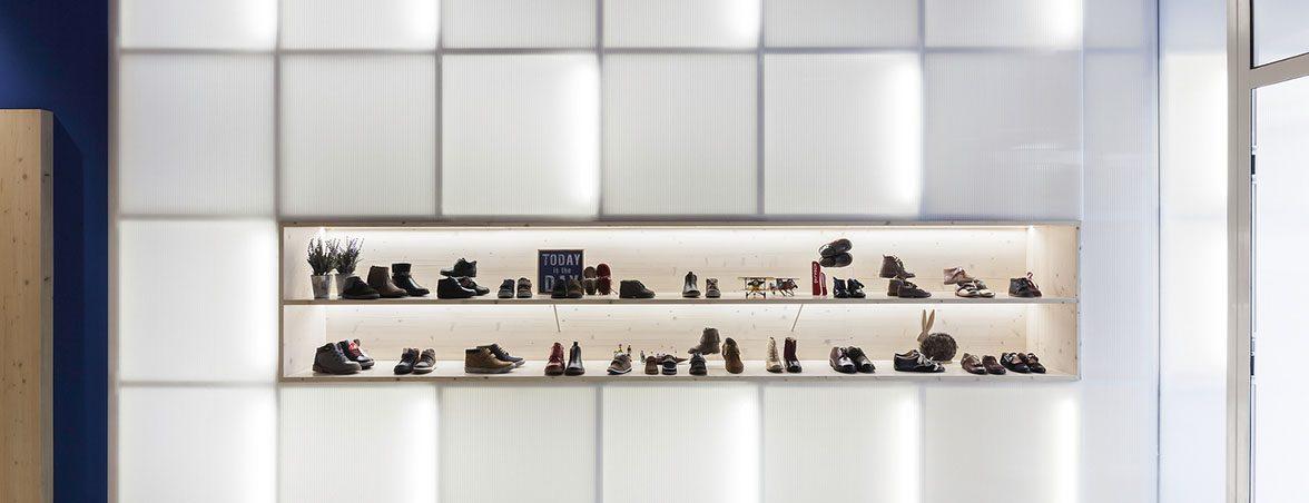Mobiliario tienda ropa panel iluminado | Muebles de oficina Spacio