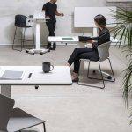 Taburetes Altos Whass negro patas metal negras sala reuniones ambientada   Muebles de Oficina Spacio