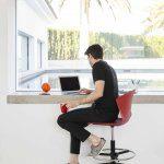 Taburetes Altos Whass rojo ruedas ambientada   Muebles de Oficina Spacio