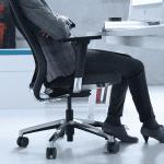 Silla ergonómica malla Eben en uso | Muebles de oficina Spacio